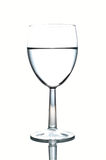 Weinglas halb voll vom Wasser getrennt auf Weiß Lizenzfreies Stockbild