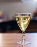 Weinglas mit alkoholischem Getränk Stockfotografie