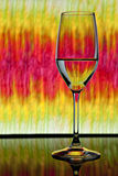 Weinglas mit buntem Hintergrund stockfoto