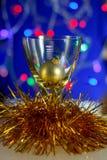 Weinglas mit einem gelben Ball Stockfotografie