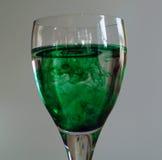 Weinglas mit grüne Nahrungsmittelfarbton Stockbild