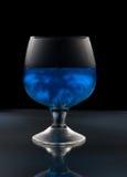 Weinglas mit mysteriösem blauem Wein Stockfotos