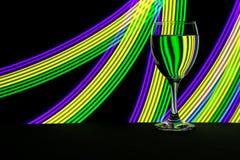 Weinglas mit Neonlicht hinten lizenzfreies stockbild