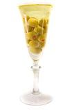 Weinglas mit Olivenöl lizenzfreie stockfotos
