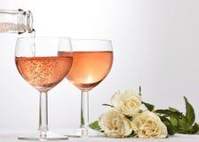 Weinglas mit rotem funkelndem Getränk Stockbilder