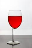 Weinglas mit roter Flüssigkeit Stockfotografie