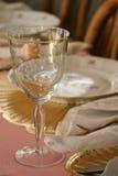 Weinglas an Tisch 1 Lizenzfreie Stockbilder