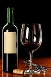 Weinglas und -flasche mit unbelegtem Kennsatz Stockbild