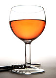 Weinglas und Korkenzieher Stockfotografie