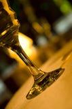 Weinglas und -lampe Stockfoto