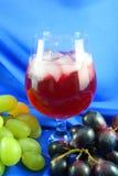 Weinglas und -trauben Stockbild