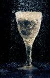 Weinglas unter dem Regen Stockfotografie