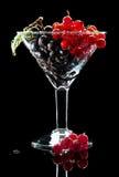 Weinglas voll der schwarzen und roten Johannisbeere Stockbild