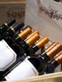 Weinhandlung Die Flasche von Weine auf Anzeige im Kastenkasten Lizenzfreies Stockfoto