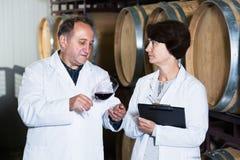 Weinhersteller mit Weinglas Lizenzfreie Stockbilder