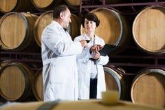 Weinhersteller mit Weinglas Lizenzfreies Stockbild