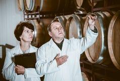 Weinhersteller mit Weinglas Stockfoto