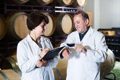 Weinhersteller mit Weinglas Stockbild