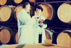 Weinhersteller mit Weinglas Stockfotografie