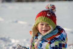 Weinig 3 éénjarigenkind in de sneeuw Stock Afbeeldingen