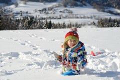 Weinig 3 éénjarigenkind in de sneeuw Stock Foto's