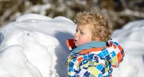 Weinig 3 éénjarigenkind in de sneeuw Stock Foto