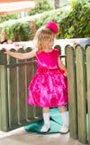 Weinig aanbiddelijk meisje die 3 jaar vieren verjaardags dhood Stock Foto's