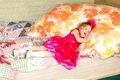 Weinig aanbiddelijk meisje die 3 jaar vieren verjaardags Jong geitje die bloem hairband op partij in openlucht op de zomerdag dra royalty-vrije stock fotografie