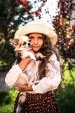 Weinig aardig meisje dat een hond in openlucht koestert royalty-vrije stock afbeeldingen