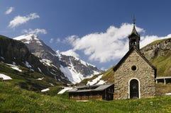 Weinig aardige kerk hoog in de bergen Royalty-vrije Stock Afbeeldingen