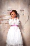 Weinig Actrice Het mooie Afrikaanse meisje toont emoties: vrees, angst, verrassing Royalty-vrije Stock Afbeeldingen