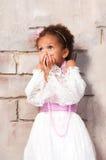 Weinig Actrice Het mooie Afrikaanse meisje toont emoties: vrees, angst, verrassing Royalty-vrije Stock Foto's
