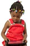 Weinig Afrikaans Amerikaans meisje die tabletpc met behulp van Stock Foto