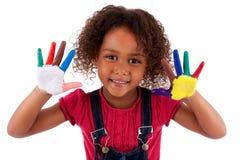 Weinig Afrikaans Aziatisch meisje met geschilderde handen Royalty-vrije Stock Fotografie