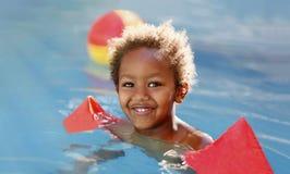 Weinig Afrikaans kind in de pool Royalty-vrije Stock Afbeeldingen
