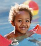 Weinig Afrikaans kind in de pool Royalty-vrije Stock Afbeelding