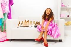 Weinig Afrikaans meisje die schoenen proberen te kiezen Royalty-vrije Stock Afbeelding