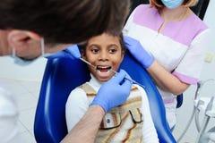 Weinig Afrikaans meisje met donkere huid in tandheelkunde royalty-vrije stock afbeeldingen