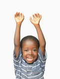 Weinig Afrikaanse jongen die zijn handen in de lucht omhoog houden terwijl het lachen en het glimlachen stock afbeelding