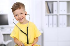 Weinig arts die een ntoy beerpatiënt onderzoeken door stethoscoop Royalty-vrije Stock Afbeeldingen