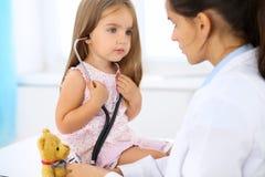 Weinig arts die een ntoy beerpatiënt onderzoeken door stethoscoop royalty-vrije stock foto