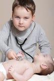 Weinig arts met stethoscoop Royalty-vrije Stock Afbeelding