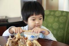 Weinig Aziatisch meisje dat op lunch wacht. Stock Afbeelding