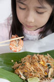 Weinig Aziatisch meisje die een garnaal bekijken. Stock Foto's