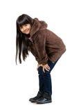 Weinig Aziatisch meisje die zich met handen op haar knie bevinden Stock Fotografie
