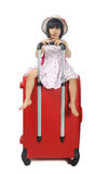 Weinig Aziatisch meisje in een zitting van de weefselhoed op een reusachtige reis rode su Stock Foto's
