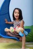 Weinig Aziatisch meisje thuis Royalty-vrije Stock Fotografie