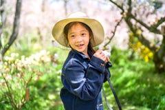 Weinig Aziatische Camera die van de Meisjesholding Foto op Reizende Reis nemen tijdens Vakantie stock afbeeldingen