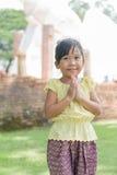 Weinig Aziatische kind welkome uitdrukking Sawasdee Stock Foto's