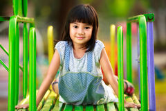 Weinig Aziatische meisjeszitting Royalty-vrije Stock Foto's